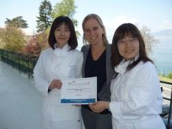 Jennifer(左)和Michelle(右)在瑞士凱撒里茲飯店管理大學Le Bouveret校區留學期間開心拿著証書與老師合影。 林肯企管/提供