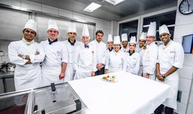世界知名的英國皇室御用廚師- 安東・莫西曼委託個人收藏予瑞士教育集團2