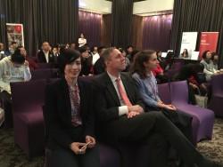 台灣代表與瑞士商務辦事處副處長家校友分享